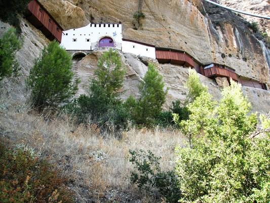Ο γκρεμός, στις σπηλιές του οποίου κατέφευγαν οι κάτοικοι της Ζάχολης για να ξεφύγουν από τις σφαγές των Τούρκων, δικαιωματικά αφιερώθηκε, μετά την απελευθέρωση, στην Παναγία, ναός της οποίας φτιάχτηκε σε σπηλιά στη ρίζα του βράχου. Τα υπόλοιπα κτίσματα ε - by spidrman
