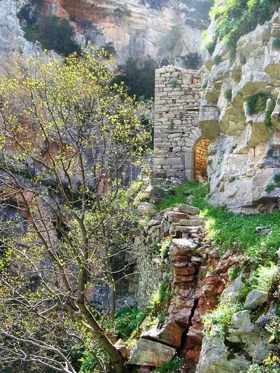 Μονοπάτι μιας ώρας μας οδηγεί στο ερειπωμένο αλλά μαγευτικό καστρομονάστηρο, που μοιάζει κολλημένο σαν στρείδι στον απότομο βράχο. - by spidrman