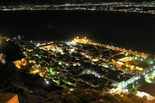Nafplio, Nafplio, Argolis Το Ναύπλιο την νύχτα.  Η παλιά πόλη του Ναυπλίου, την νύχτα, όπως φαίνεται από το Παλαμήδι. - by spidrman