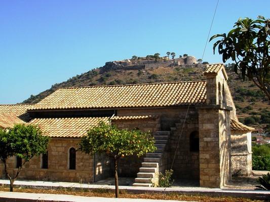 Tsekouri, Parga, Preveza Ι. Μονή Μηλαπιδιάς (Αγίου Ανδρέα), Κεφαλλονιά.  Ο παλιός ναός, με το κάστρο του Αγίου Γεωργίου να διακρίνεται πίσω του, πάνω στο λόφο. - by spidrman