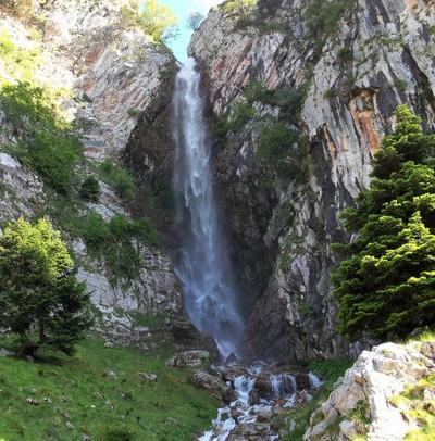 Tsapournia, Erimanthos, Achaea Καταρράκτης Γκρεμιστός, στον Ερύμανθο, πάνω από την Τσαπουρνιά.  Ο υδάτινος γίγαντας γκρεμίζεται στα βράχια, προσφέροντας ένα μοναδικό θέαμα (μόνο άνοιξη τόσο νερό)! - by spidrman