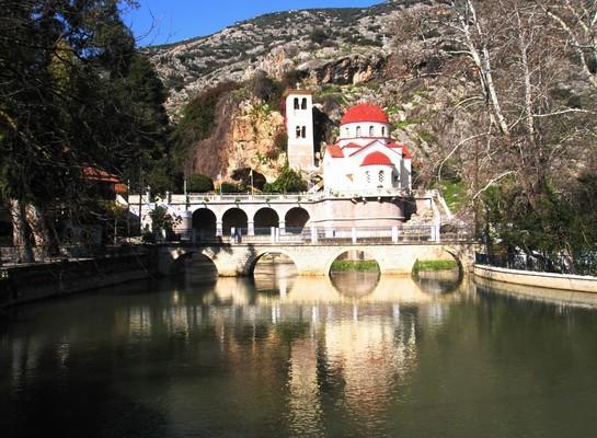 Nea Marathea, Nafplio, Argolis Κεφαλάρι Άργους.  Τα πλούσια νερά, μπροστά από τον Ναό της Ζωοδόχου Πηγής, δικαιολογούν το όνομα Κεφαλάρι, ενώ, πίσω από τον ναό υπάρχει σπήλαιο στο οποίο ελάμβαναν χώρα πολεμικά συμβούλια, κατά την επανάσταση του 1821. - by spidrman