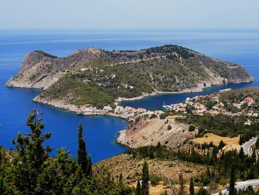 Assos, Kefalonia, Kefalonia Island Κεφαλλονιά, χερσόνησος Άσσου.  Η γραφική χερσόνησος της Άσσου, με το κάστρο να δεσπόζει πάνω από τον οικισμό. - by spidrman