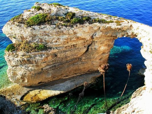 Monastiraki, Argos Mykines, Argolis Η φυσική καμάρα Τρυπητός, στους Παξούς.  Μπορείς να προσεγγίσεις τον Τρυπητό με μονοπάτι που συνεχίζει και πάνω από την καμάρα και να βγεις στον απέναντι βράχο - by spidrman