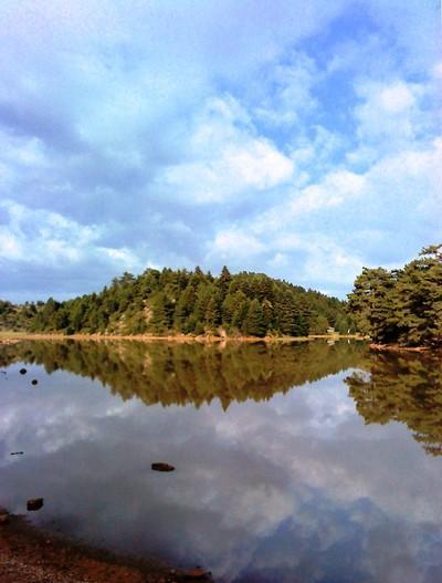 Η εποχιακή αυτή λίμνη, με βάθος λίγο μεγαλύτερο από μισό μέτρο, αποτελεί ένα στολίδι της ορεινής Κορινθίας. - by spidrman