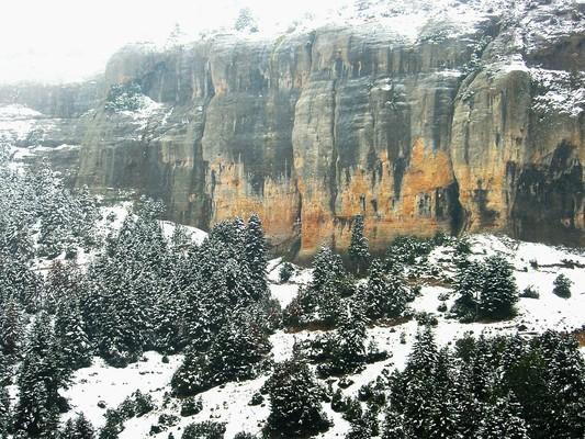 Ένας λευκός σταυρός σηματοδοτεί τη θέση της σπηλαιώδους εκκλησίας, στο κάτω μέρος των θεόρατων βράχων που όχι άδικα χαρακτηρίζονται ως κορινθιακά Μετέωρα. - by spidrman
