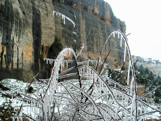 Η χειμωνιάτικη παγωνιά προσθέτει έναν κρυστάλλινο διάκοσμο στα έτσι κι αλλιώς επιβλητικά βράχια της Παναγίας, στον Κάτω Ταρσό. - by spidrman
