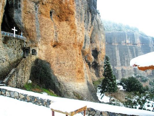 Το σπηλαιώδες εκκλησάκι, στη ρίζα των επιβλητικών βράχων, που χαρακτηρίζονται ως τα κορινθιακά Μετέωρα. - by spidrman