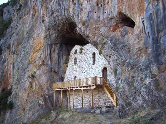 Kondileika, Agrafa, Evrytania Αγία Ιερουσαλήμ, Αμφίκλεια, Παρνασσός.  Μονοπάτι από την Αμφίκλεια σε οδηγεί στο σπηλαιώδες προσκύνημα. - by spidrman