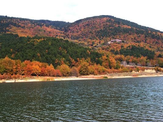 Η τεχνητή λίμνη Δόξα, στον Φενεό Κορινθίας, στολισμένη με τα φθινοπωρινά χρώματα των μικτών δασών που την περιβάλλουν και με το μοναστήρι του Αγίου Γεωργίου να δεσπόζει από πάνω της. - by spidrman