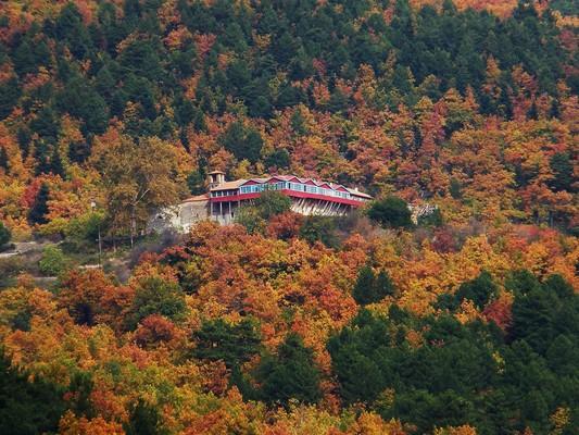 Το μοναστήρι του Αγίου Γεωργίου, πάνω από τη λίμνη Δόξα, στον Φενεό Κορινθίας, πνιγμένη μέσα σε μια πανδαισία φθινοπωρινών χρωμάτων! - by spidrman