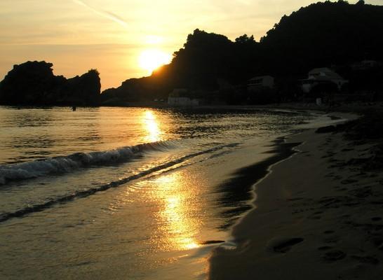 Grampronisi Island Παραλία Κοντόγιαλος, Πέλεκας, Κέρκυρα.  Ηλιοβασίλεμα στην όμορφη παραλία! - by spidrman