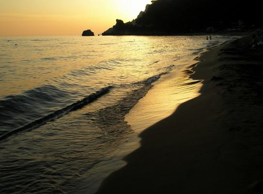 Glaropounta Island Παραλία Γλυφάδας, Πέλεκας, Κέρκυρα.  Το ηλιοβασίλεμα ντύνει στα χρυσά την όμορφη παραλία. - by spidrman