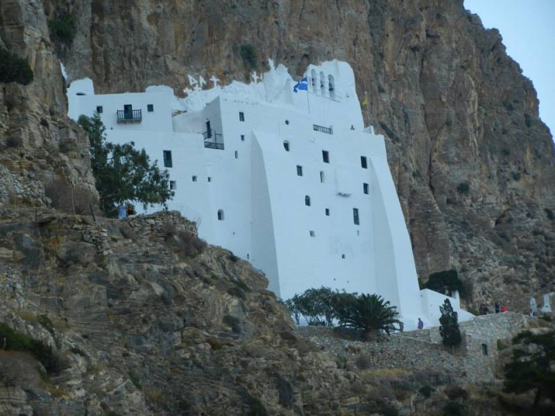 Amorgos Island Monastery of Hozoviotissa  Le monastère de la Panagia Chozoviotissa est une des plus anciennes constructions byzantines des Cyclades et aussi le Monastère du Grand Bleu.  Il date du XIe siècle et la légende raconte qu'il fut fondé par des moines venus de Palestine. Il renferme des